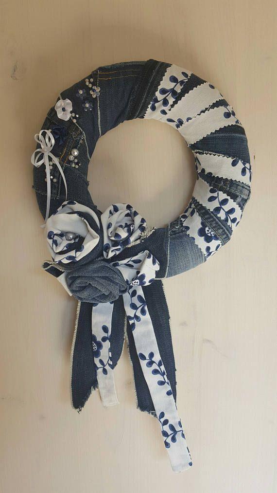 Decorazione o corona dai jeans con tessuto floreale