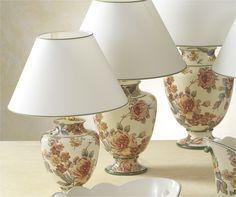 Exquisitas y elegantes lámparas de cerámica o porcelana con forma de ánfora  y dibujo de grandes rosas en tono pastel, tirando a ocre.  Es de Cerámica San Marco y están disponibles en varias medidas.  Las podéis encontrar en nuestra tienda online.  http://www.aqdecoracion.es/iluminacion-3/lamparas-de-ceramica-san-marco-52/