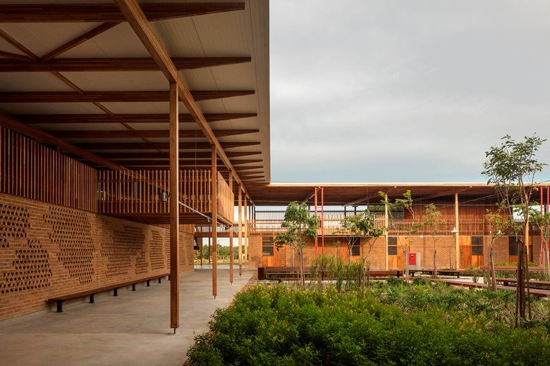 Large Central Courtyard Space Surrounded By Covered Verandas Large Roof Overhangs Protect From Sun Architecture School Architecture Social Housing Architecture