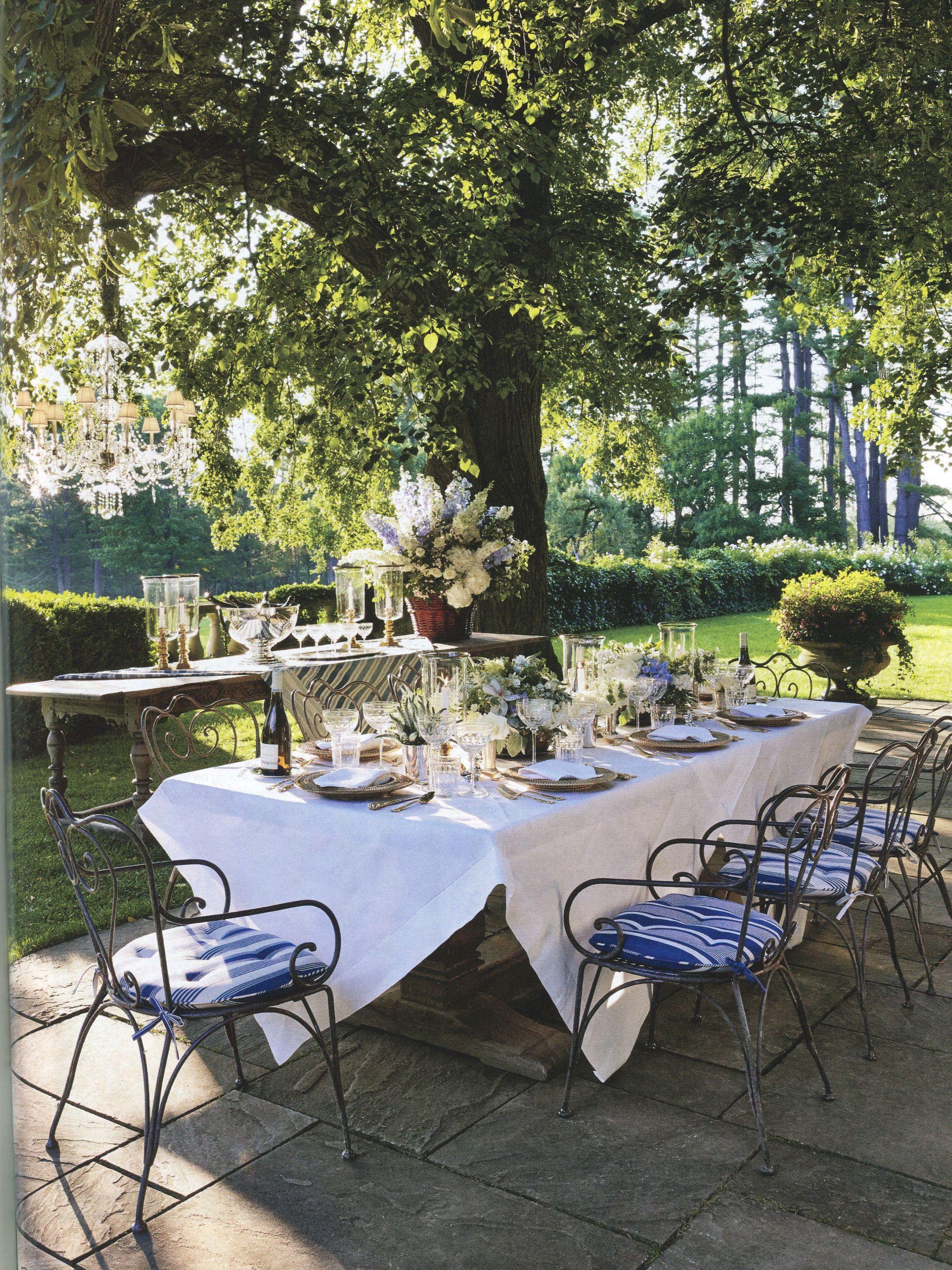 Une nappe blanche et quelques fleurs et la table de jardin revêt sa ...