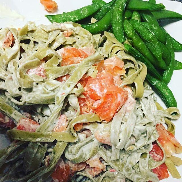 Det her var virkelig lækkert!  250gram laks, 250gram frisk pasta som er med 40% grøntsager, vendt i cremefraiche og en smule smøreost, og ærter on the side! Åhhh det var godt!