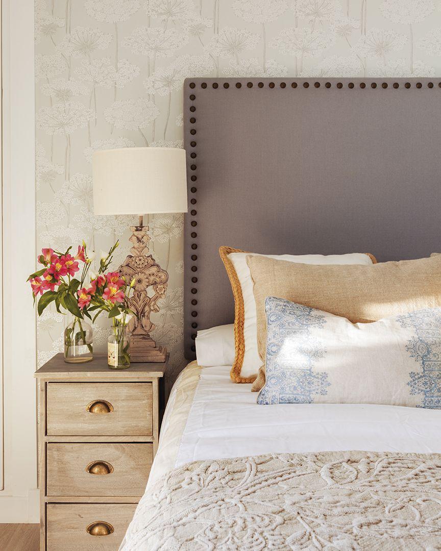 cama con cabecero cojines de diferentes colores en tonos claros y lmpara en - Cabeceros Con Cojines