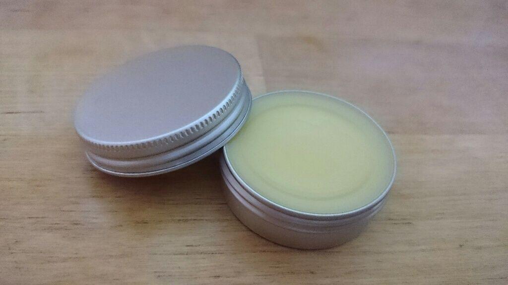 DIY Lippenpflege aus nur drei Basis-Zutaten: Bienenwachs, Kokosöl und Sheabutter.