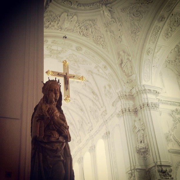 Madonna und Chorkreuz im Würzburger Kiliansdom.