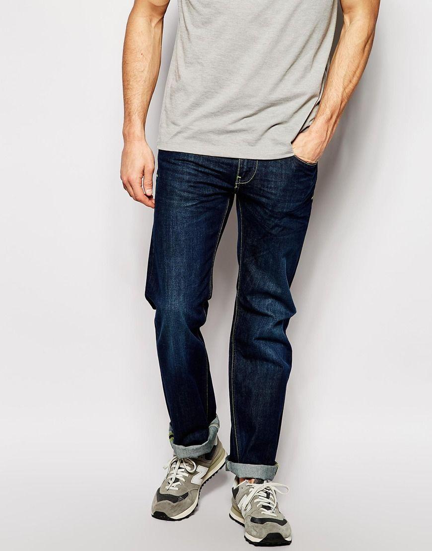Gerade geschnittene Jeans von Blend Jeansstoff ohne Stretchanteil dunkle Waschung verdeckter Reißverschluss Fünf-Taschen-Stil Straight Fit - gerader Beinschnitt Maschinenwäsche 100% Baumwolle unser Model trägt Größe 81 cm/32 Zoll und ist 185,5 cm/6 Fuß 1 Zoll groß