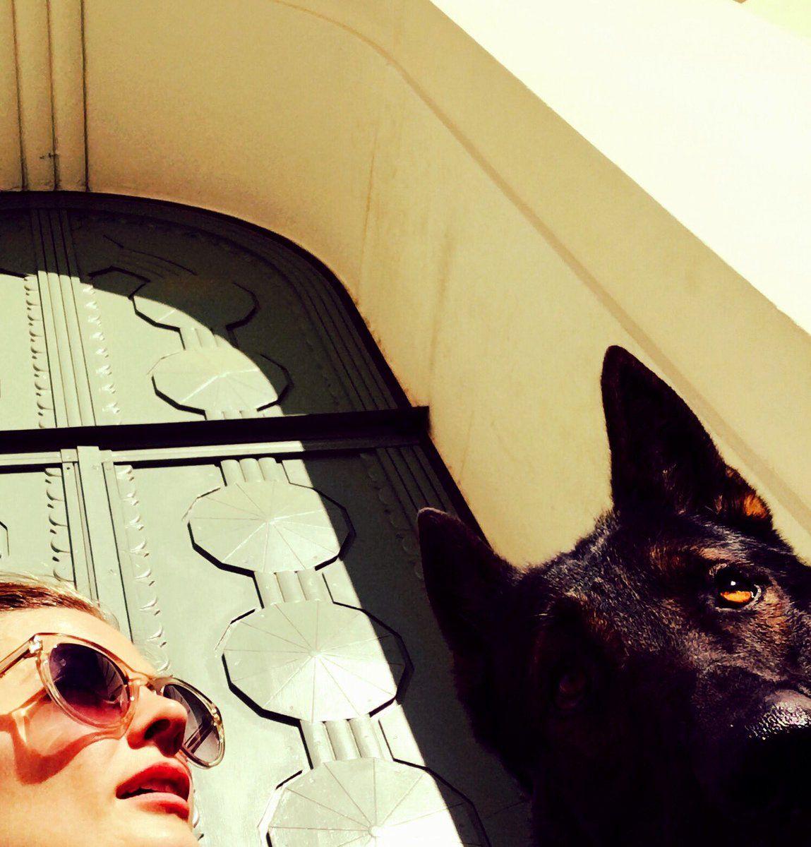 Stana's selfie: Love it! Have a ✌️ful week.  -Me n my permadate.-