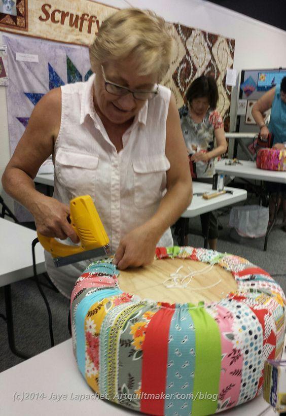 Stapling tuffet cover accesorios de decoracion pinterest tapizado bancos y empresas - Escabeles tapizados ...