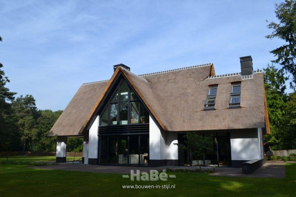 Nieuwbouw moderne villa met rietgedekte kap huis bouwen for Huizen moderne stijl