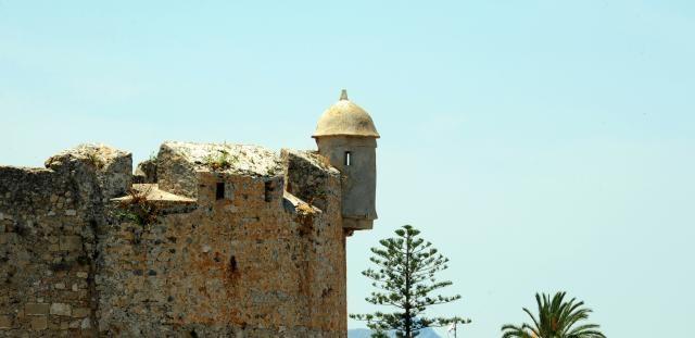 Vota esta foto. Es un concurso de fotografía y puedes votar todos los días hasta el 20/06/12  Castillo por fuera - Vigilante| II Maratón Fotográfico de Valencia