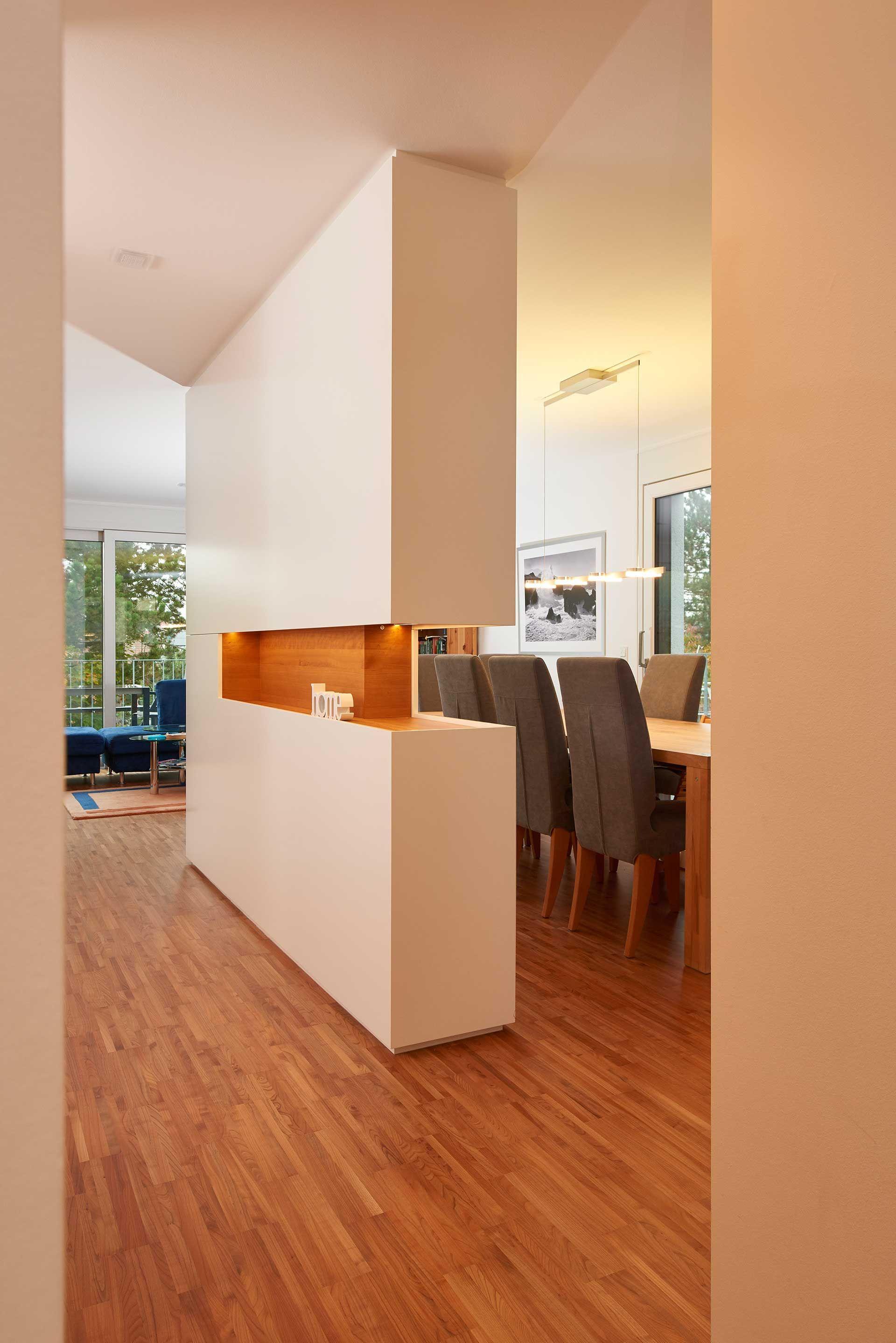 Dieser raumhohe Wohnzimmerschrank stellt einen Raumteiler zur