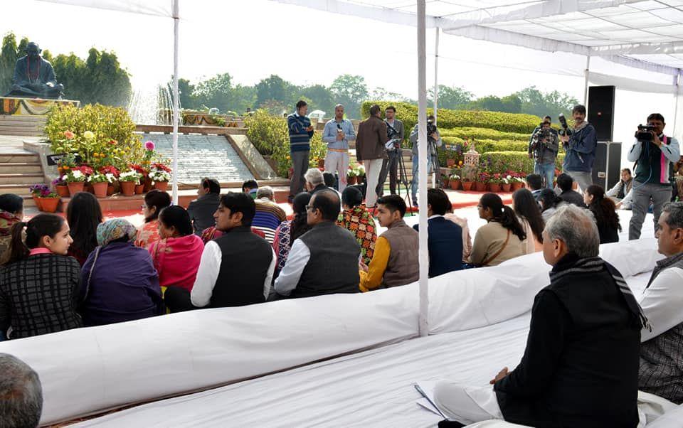 शासन सचिवालय में शहीद दिवस पर बापू को श्रद्धासुमन अर्पित कर उन्हें एवम शहीदों को विनम्र श्रद्धांजलि दी। सचिवालय के अधिकारियों व कर्मचारियों के साथ शहीदों की याद में श्रद्धांजलि बैठक में भाग लिया व पूर्वान्ह 11 बजे से दो मिनट का मौन रखकर बापू का पुण्य स्मरण भी किया। बापू ने विश्व को जात-पात,अत्याचार व शोषण के खिलाफ संगठित रहकर सत्य, अहिंसा, अपरिग्रह और सामाजिक समरसता के मार्ग पर चलना सिखाया। हम सभी को गांधीजी के आदर्शों और सिद्धान्तों को जीवन में अपनाना चाहिये। सही मायने में बापू को यही सच्ची श्र