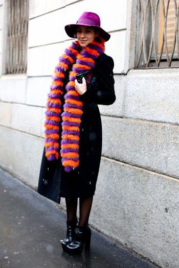 """#mfw #streetstyle La sciarpa """"coda di lemure"""" pelosa, nei colori fluo.    Da tenere d'occhio... Il cappello che puoi usare finché il clima lo permette."""