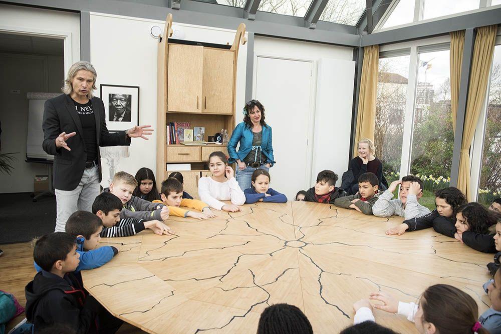 De Schoolschrijver in de klas (Foto: Chris van Houts)