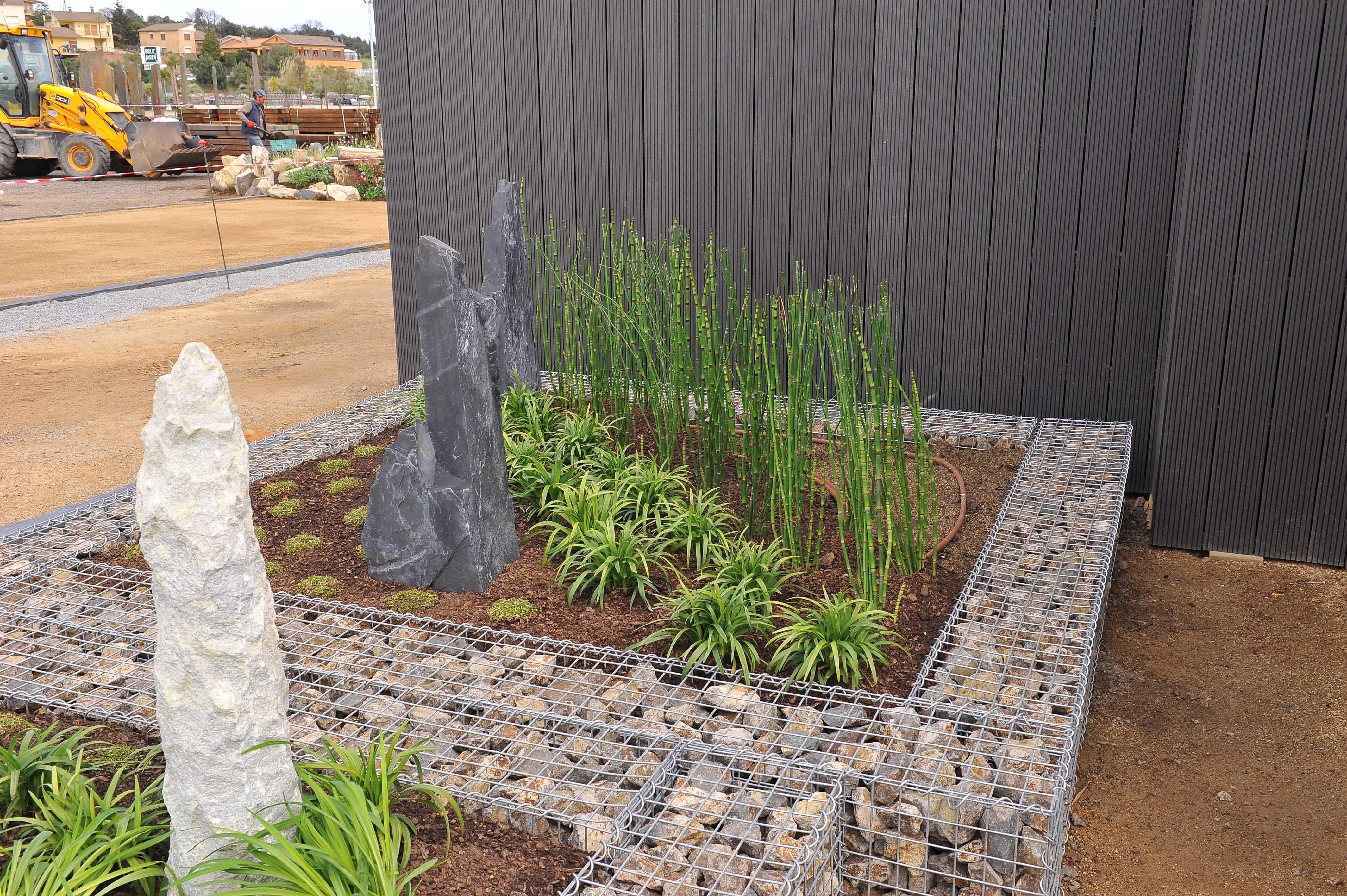 Bonita jardinera confeccionada con gaviones rellenos de for Jardineras de piedra natural