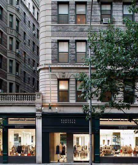 Barneys:  Es el destino de los esclavos de la moda más serios, con colecciones cuidadosisimas de las últimas marcas  como Miu Miu.  Si se buscan artículos menos caros ( para un mercado más joven), barneys Co-OP está en los pisos 7 y 8 y en el Upper West Side, Chelsea, Soho y Brooklyn. Dirección:  660 Madison Ave en 61st  hasta Fifth Ave 59th St.
