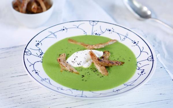 Oppskrift på Denne ertesuppen med strimlet svinekjøtt er superrask å lage. Med dypfryste erter får du en frisk suppe som ser fantastisk innbydende ut., foto: