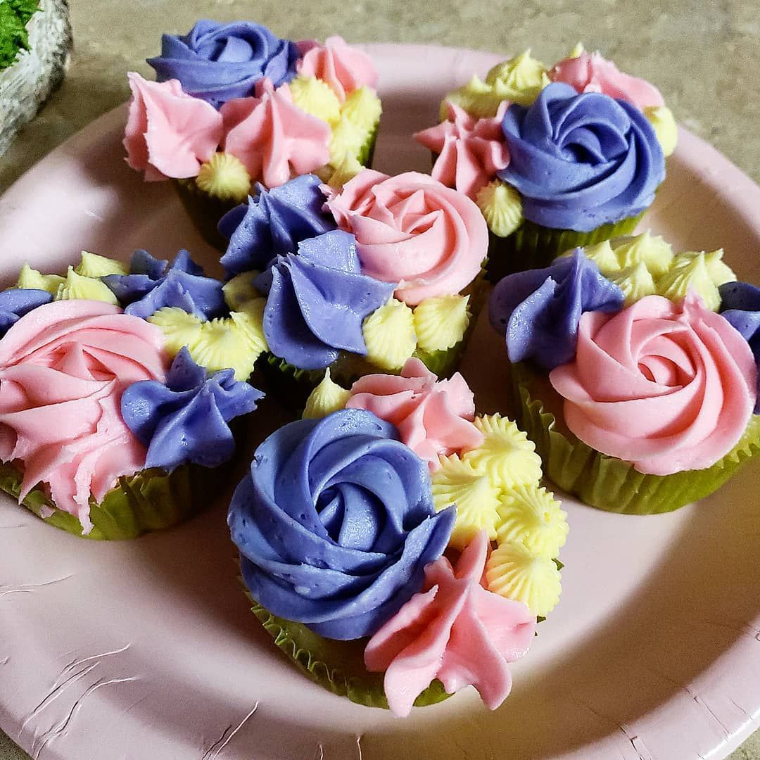 Classic vanilla cupcakes with a fun decorating twist to compliment our garden cake in our previous post 💛💜💕 . . . . .