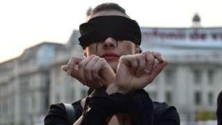 """Image copyright                  Getty Images                  Image caption                                      """"Hemos movilizado a las mujeres jóvenes y estamos muy enojadas"""", exclamaba una de las participantes en las protestas.                                """"Lo han echado atrás por miedo a todas las mujeres que salieron a la calle a protest"""