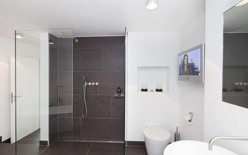 Ehrfurchtiges Badezimmer Halbhoch Gefliest Grau Modern Gefliestes Bad