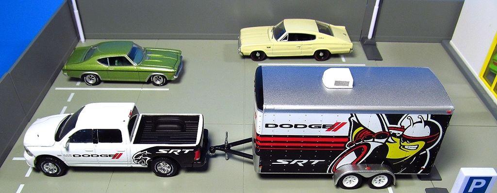 Greenlight Hitch & Tow 2014 Ram 1500 Sport & Enclose Car
