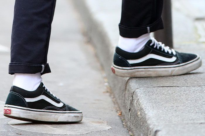 711bbe0bf26c Closeup of Kristen Stewart s dirty and beat-up black Vans  Old Skool   sneakers