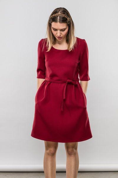 Winterkleid Rosalie aus Crepestoff mit femininen Details in ruby red. Ein tolles Rot für die feierlichen Momente in dieser Saison.