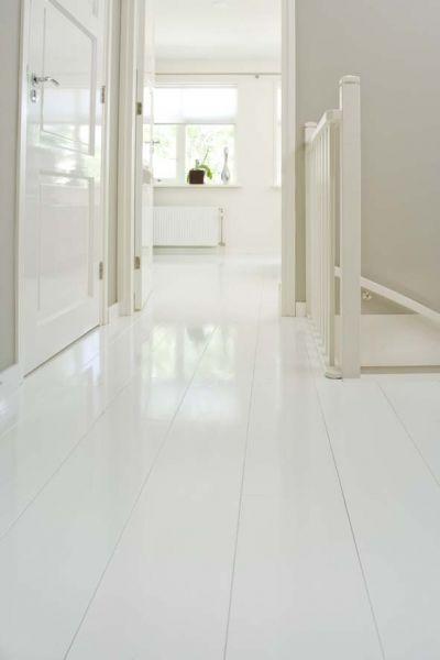 Houten vloer in hooglans wit van beukers vloeren gespot for Witte vloer