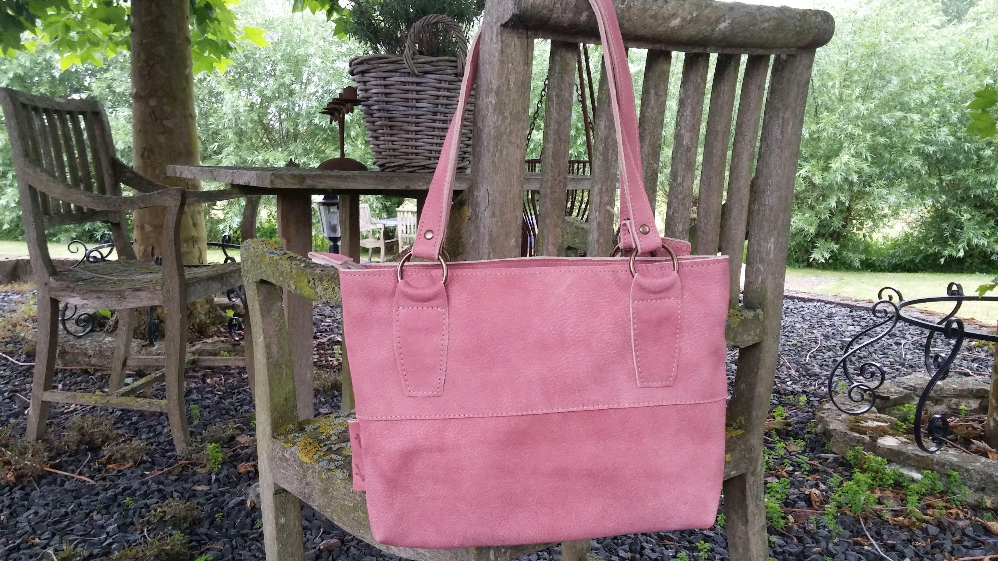 0fedc7e2966 Handtas Petit Joli gemaakt in roze leder. Merk Kaat. | Leren ...