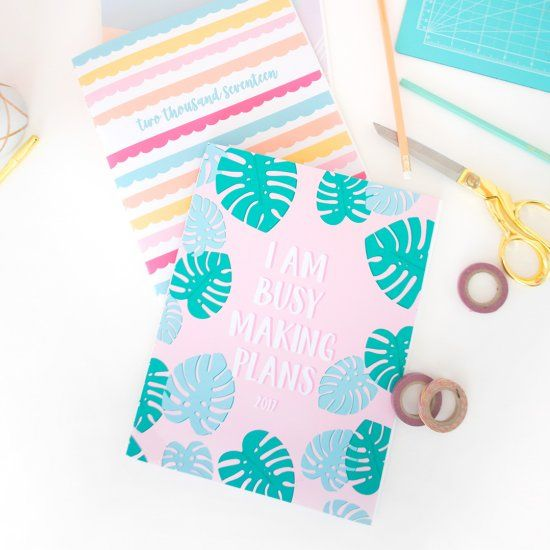 A free printable agenda book is waiting for you! Head to the blog to learn how easy it is to assemble.