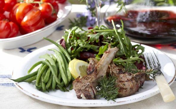 Grilled lamb chops seasoned with lemon, Sitruunaiset lampaankyljykset grillissä, resepti – Ruoka.fi