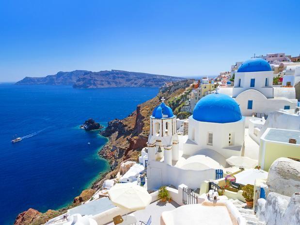 Um dos lugares mais impressionantes do mundo, a ilha de Santorini, na Grécia, chama atenção pelas pitorescas aldeias brancas com detalhes azuis, desde portões aos domos das igrejas. As casas ficam situadas no topo de altos penhascos, às margens do Mar Egeu.  Imagem: Shutterstock