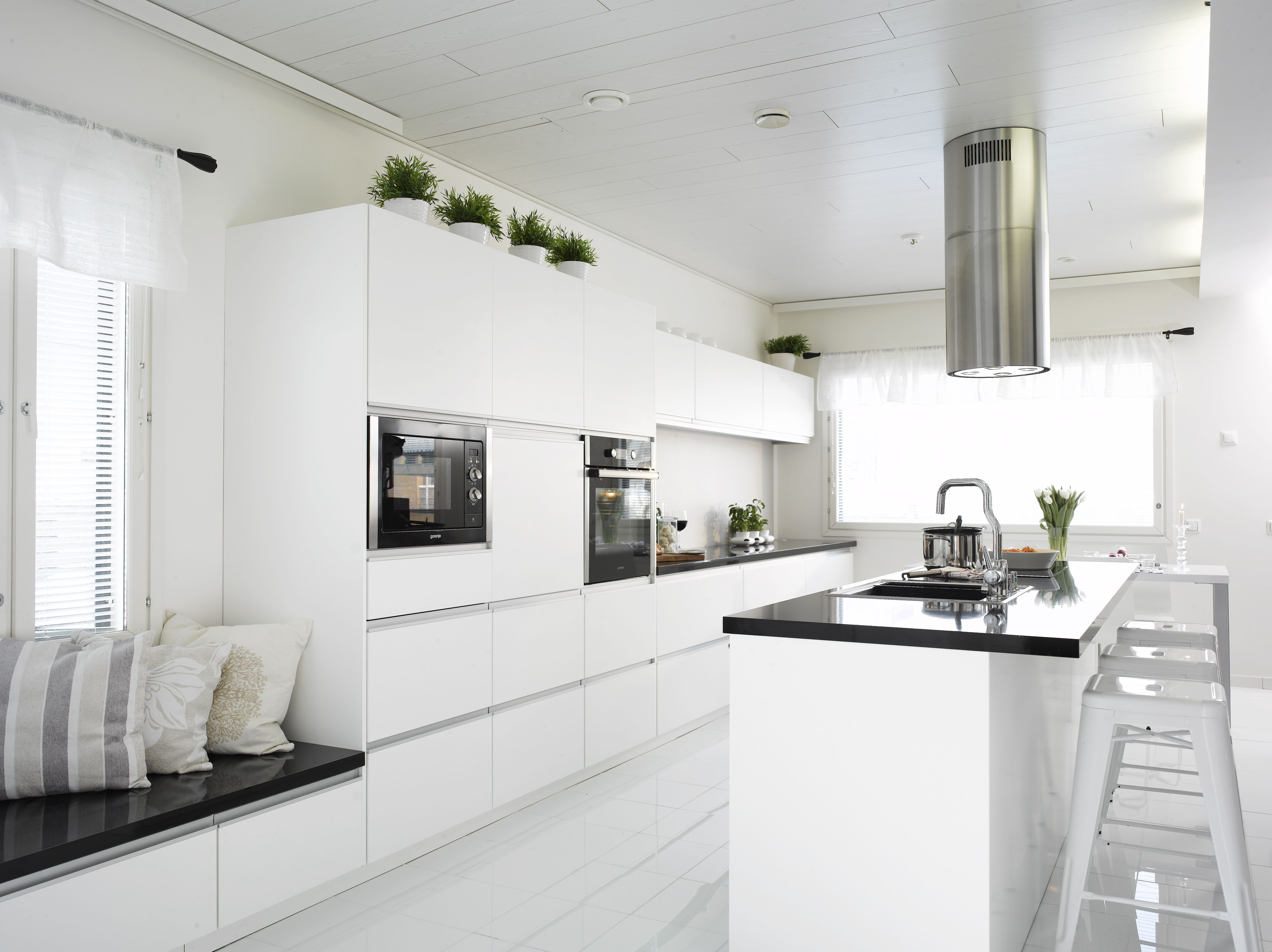 Moderni valkoinen ja selkeälinjainen keittiö Vetimien tilalla vetolaatikoide