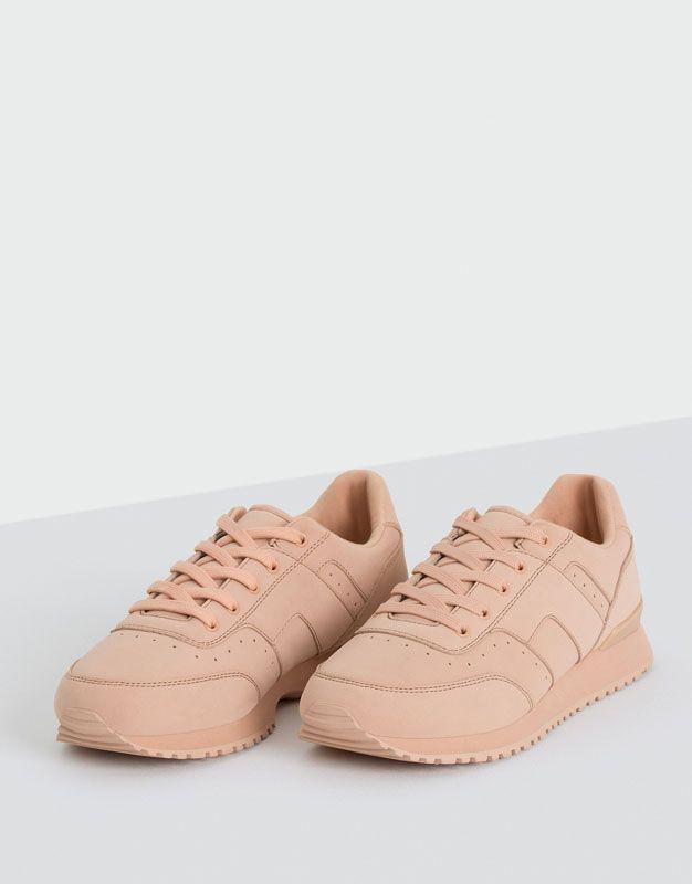 66f7e22fcbd ¡Consigue un look más relajado con las zapatillas y bambas de mujer de  primavera 2017 de PULL BEAR! Zapatillas blancas