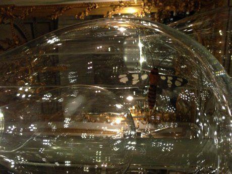 Perrier Jouet - Installation au Victoria&Albert Museum lors du London Design Festival. Le duo a conçu plus de 250 boules de verre soufflé dans lesquelles sont suspendus des insectes qui se mettent à tourbillonner sitôt que l'on s'approche de ces bulbes de verre. Des bulbes qui peuvent d'ailleurs être pris pour des bulles de champagne dont le bourdonnement des coléoptères traduirait le pétillement