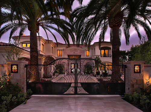 Palm Tree Lined And Gated Entrance To An Awesome House Some Place Tropical Mansiones Casas Mansiones Casas De Lujo