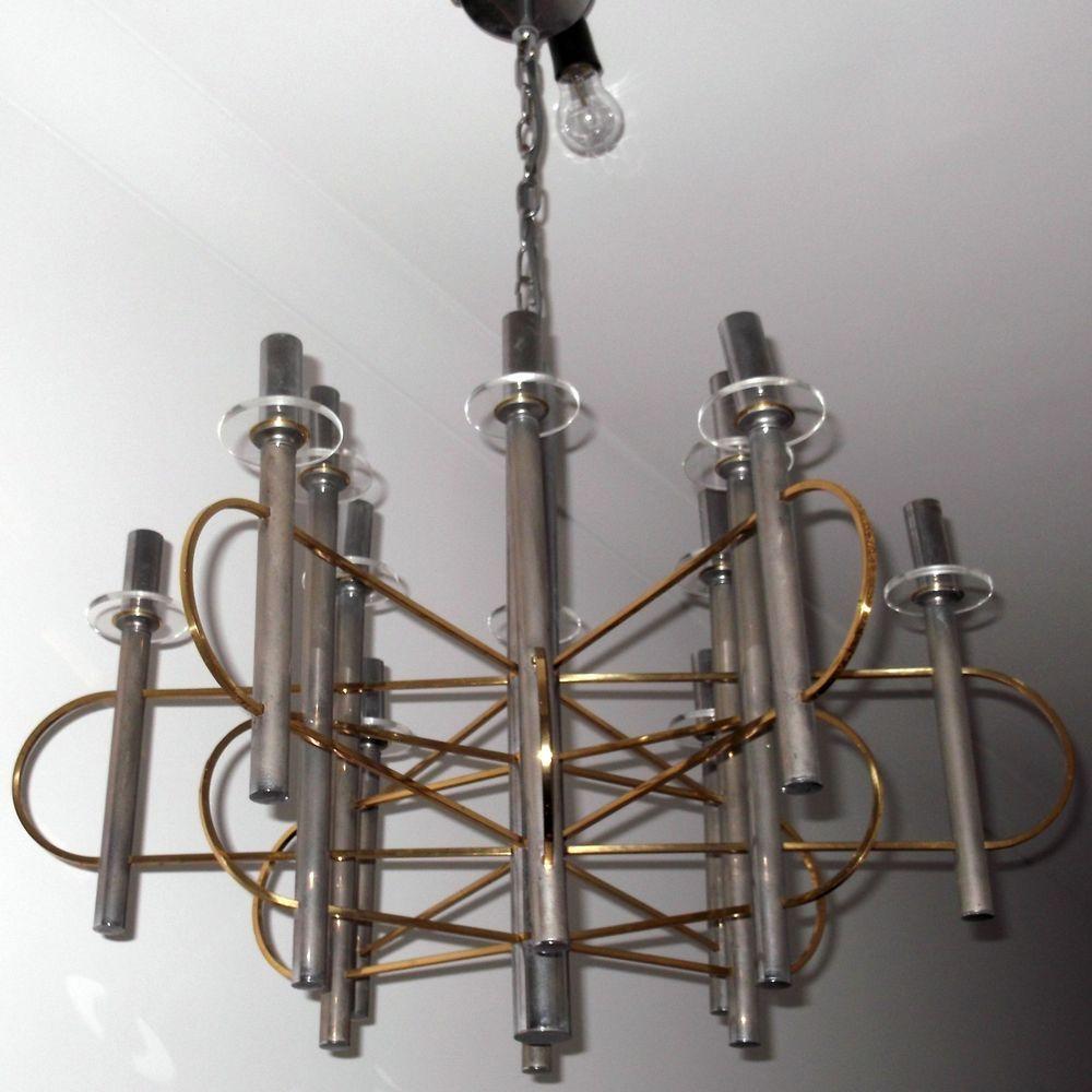 Lampadario vintage di gaetano sciolari anni '70 modernariato stile space age in acciaio cromato a tre luci, con bocce in vetro opalino bianco. Lampadario Sciolari Anni 70