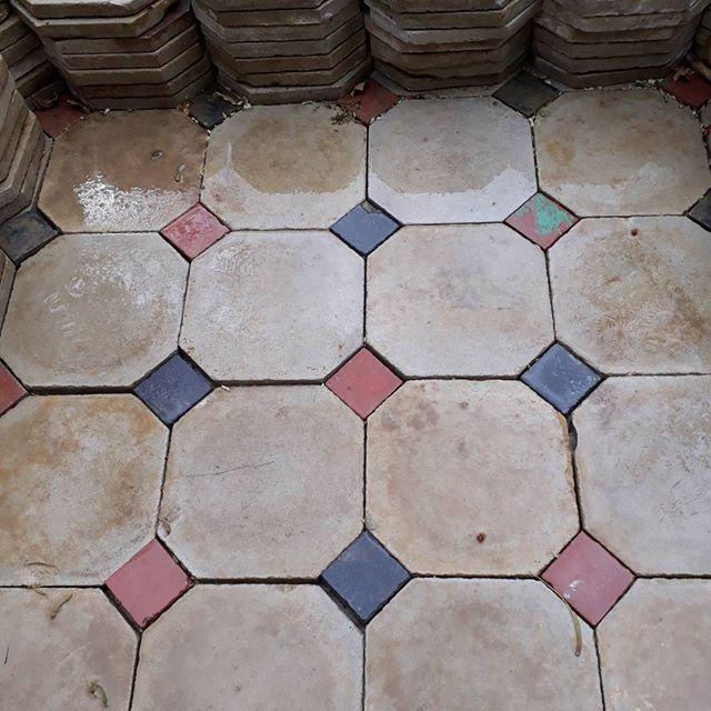 Carrelage Ancien Ciment Blanc A Cabochons Rouge Et Noir