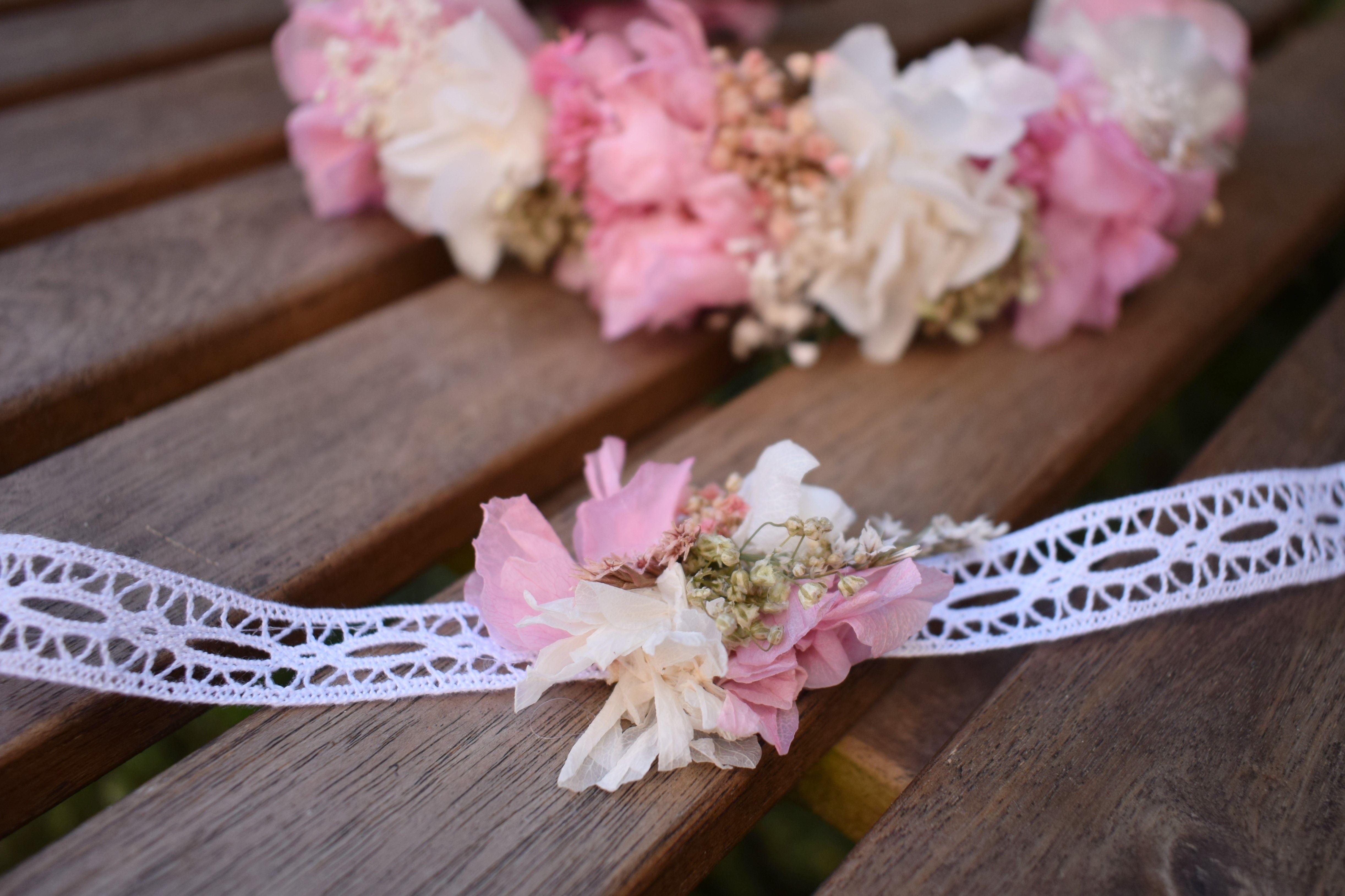 3dcfd63f5d8d Pulseras de flores preservadas a juego con las coronas. Ideales para damas  de honor.