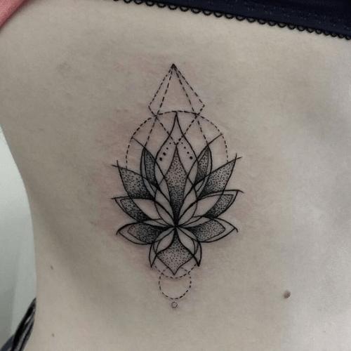 tatouage côte lotus dotwork géométrie   tattoos   pinterest