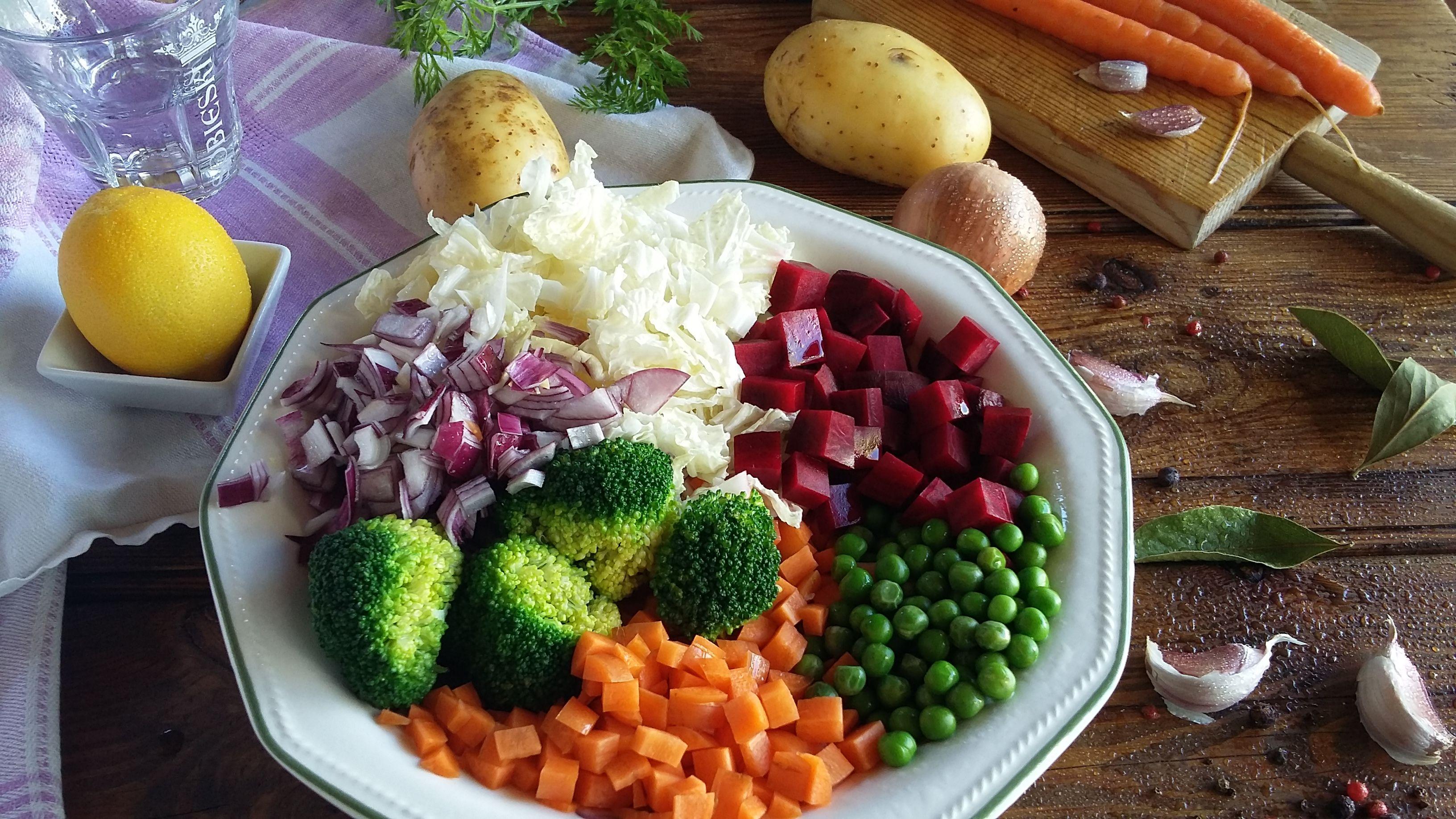Borsch - sopa de verduras.  Él es amado no solo en Rusia y Ucrania, sino también en Polonia (Barsch), Lituania (Barschchiai), Rumania y Moldavia (Borsh). Cada familia tiene su propia receta de borscht. Alguien agrega champiñones, algunos frijoles, algunos ahumados. Aquí le enseñamos hacer el Borsch de verduras.