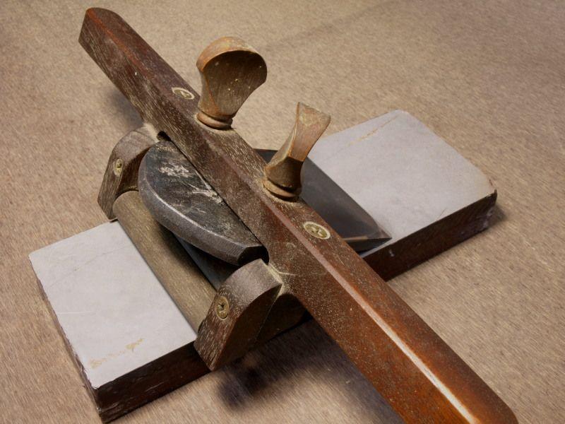研ぎ器。左下の丸棒がローラー