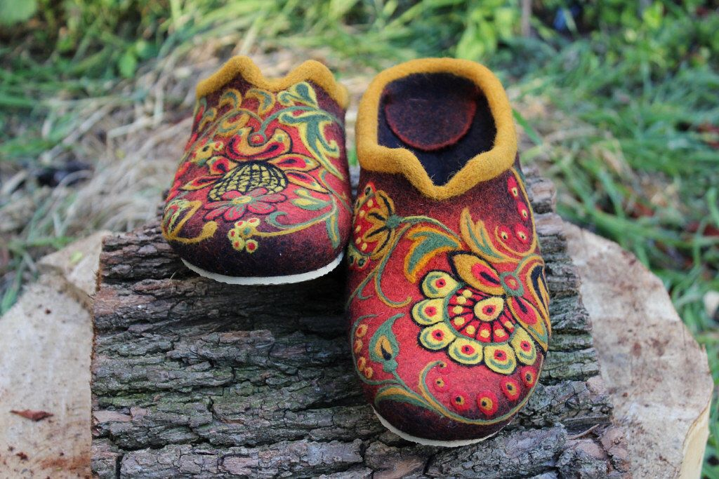"Felted House Shoes In Variations: ""Ptashechka"" or ""Russian flower"", 100% wool by FeltZeppelin on Etsy https://www.etsy.com/listing/189894018/felted-house-shoes-in-variations"