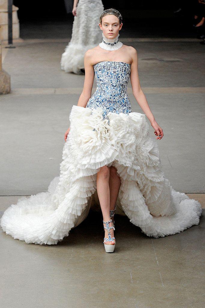 Alexander McQueen Fall 2011 Ready-to-Wear Fashion Show - Nimue Smit