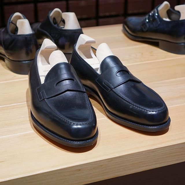 Store's: Penny loafer from @johnlobb at @skoaktiebolaget #johnlobb #johnlobbparis #pennyloafer #black #skoaktiebolaget #stockholm #nofilter #mensshoes #classicshoes #menswear #shoegazing #shoegazingblog