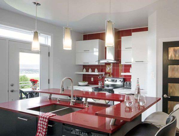 Armoire de cuisine blanche et un comptoir rouge | Idées pour la ...