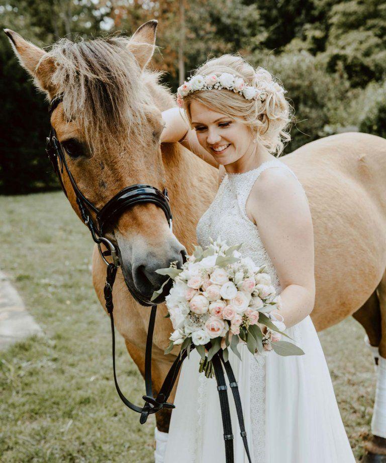 Seht Selbst Wie Ihr Zur Bezaubernden Vintage Braut Werdet Vintage Braut Pferde Hochzeit Braut