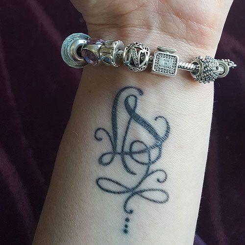 tatouage lettres entrelac es pour poignet criture tatouage pinterest tatouage lettre. Black Bedroom Furniture Sets. Home Design Ideas