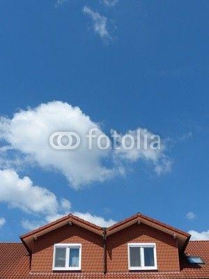 Mansarden mit rotbraunen Schindeln vor blauem Himmel mit Wolken in Augustdorf bei Schloß Holte-Stukenbrock im Kreis Lippe am Teutoburger Wald