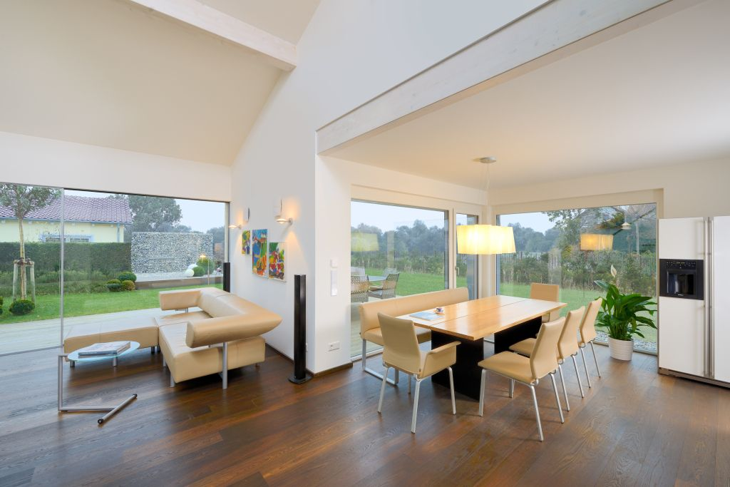 helles wohn und esszimmer mit bodentiefen fenstern wohnzimmer pinterest bungalow and modern. Black Bedroom Furniture Sets. Home Design Ideas