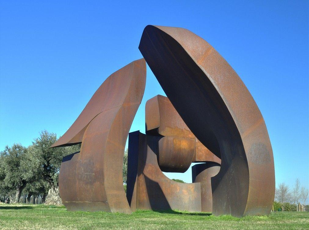 A Statue In The Parque De Juan Carlos I Rodrigo Gómez Sanz Wikipedia Beautiful Park Park Beautiful
